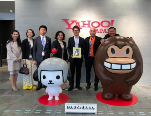 The delegation are taking photos at the Yahoo Japan Company