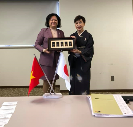 Associate Prof. Dr. Nguyen Hoang Tu Anh is presenting a souvenir to the Rector of Hosei University - Prof. Yuko Tanaka