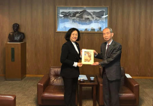 Associate Prof. Dr. Nguyen Hoang Tu Anh is giving a UIT's gift to MEC Company's Chairman