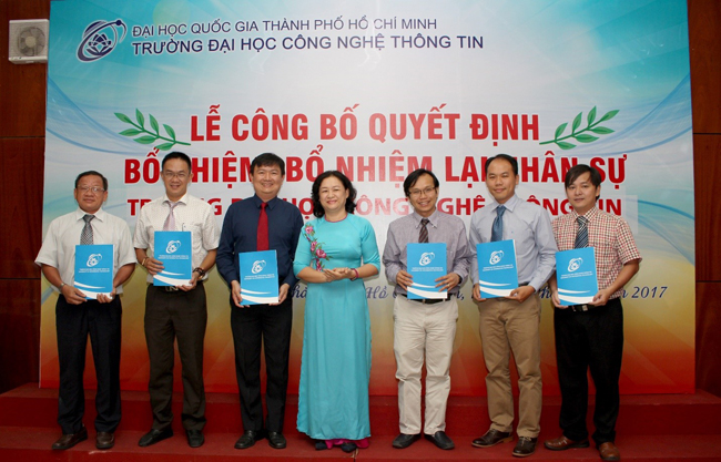 Dr. Nguyen Hoang Tu Anh handed over Decisions to the new Deans and Heads of Departments