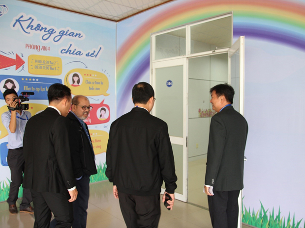 "Experts are visiting the ""Không gian chia sẻ"" Room"