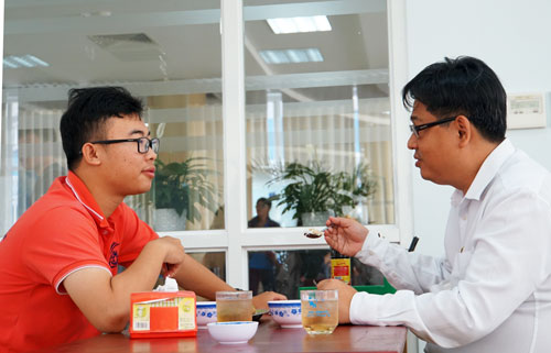 Mr. Son and Dr. Khang (right) are having lunch