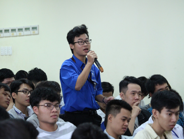 A student representative asked questions to the Conference's Presidium